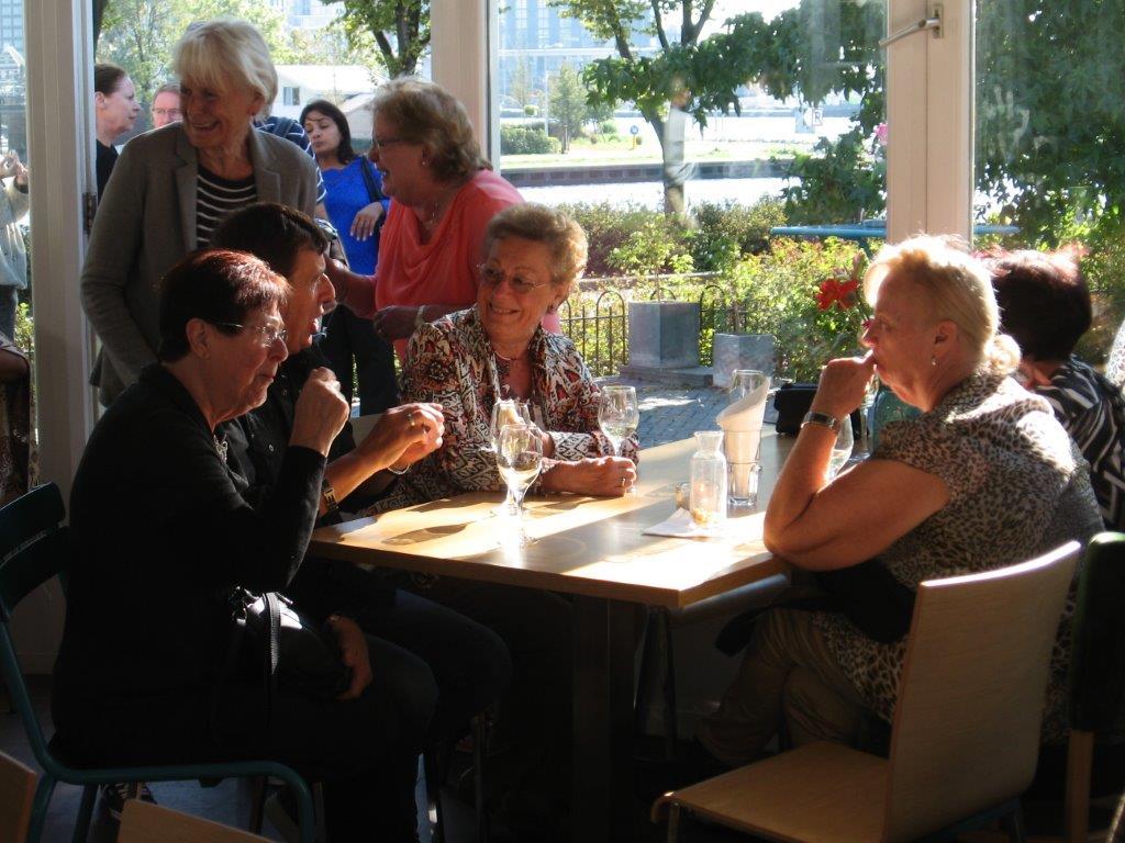 Gezellige overzichtsfoto van een bijeenkomst
