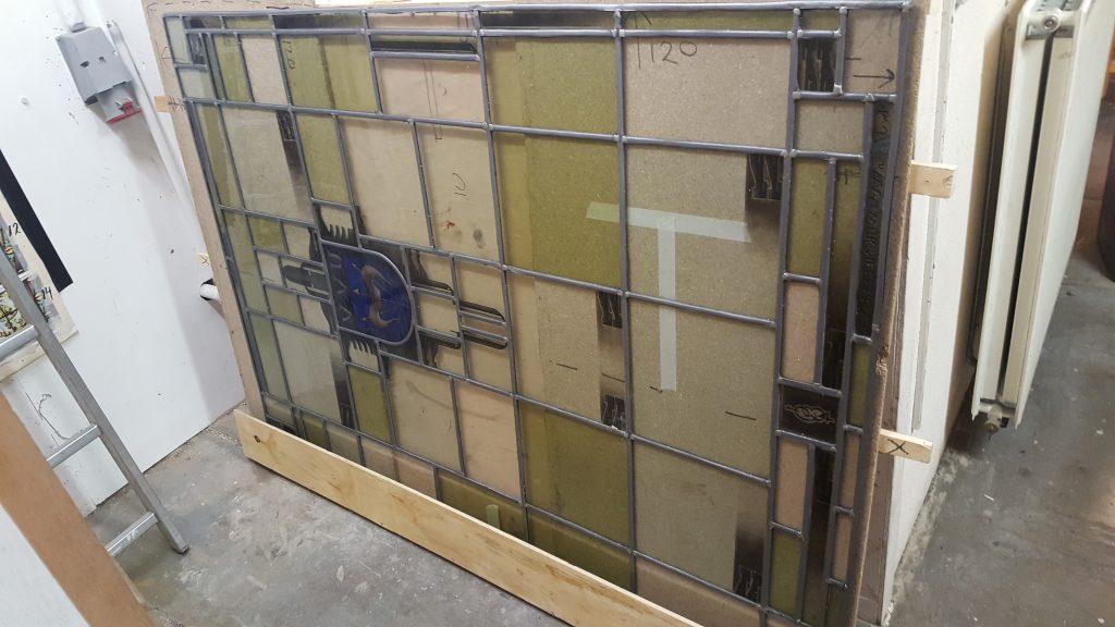 Glas in loodraam wordt gerestaureerd | UVV Amsterdam
